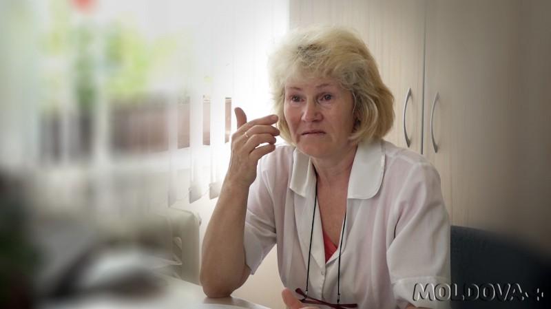 Elena Olednic, asistentă medicală din satul Ciora, raionul Hâncești, la Centrul de Sănătate Cioara, povestind despre dificultățile pe care le are la locul de muncă, 5 august 2017 (editare poză: Igor Rotari)